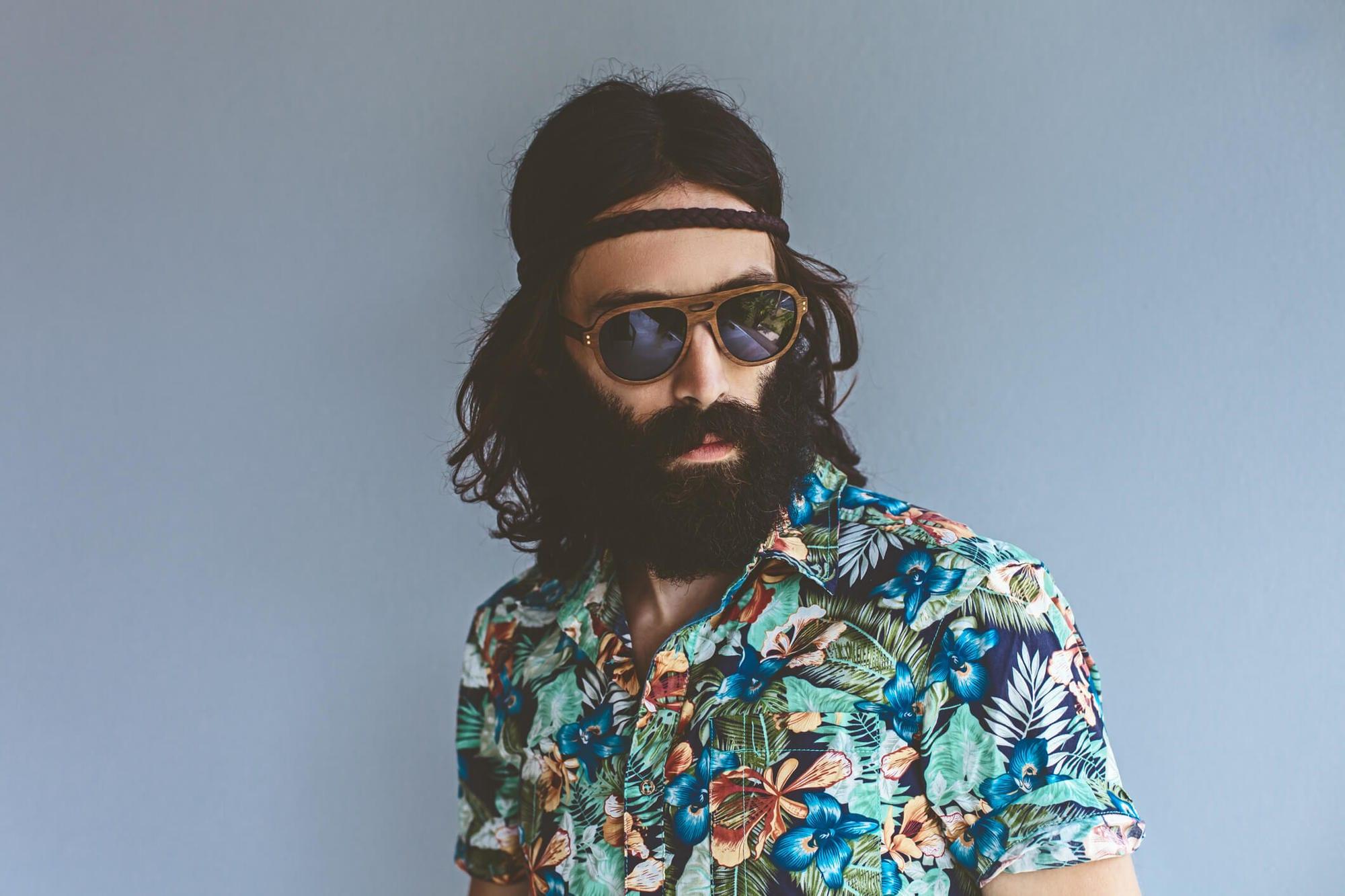 estilos de cabello largo para hombres hippie