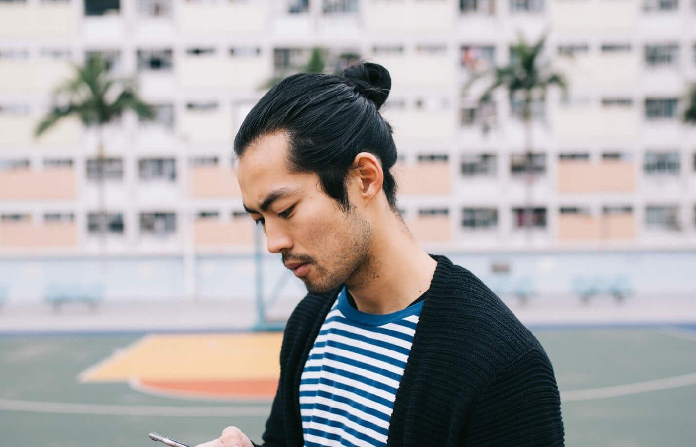 estilos de cabello largo para hombres moño para hombres