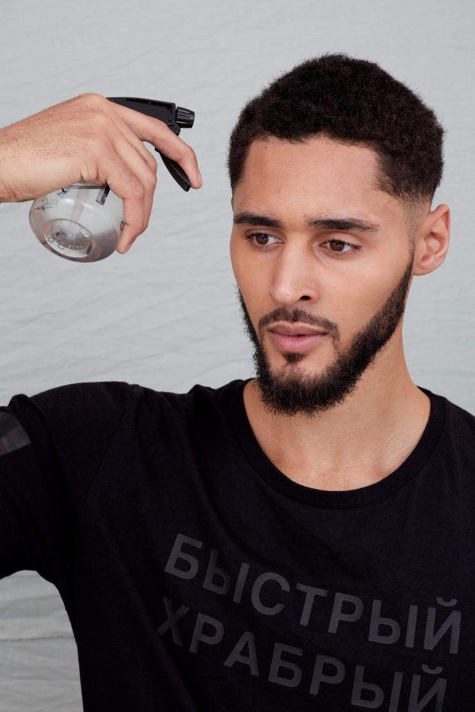 cómo peinar el cabello corto rociando agua
