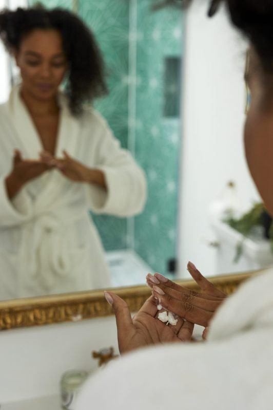 cómo usar aceite de coco en el cabello con las manos
