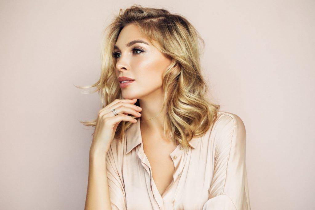 cortes de pelo mediano para mujeres en capas