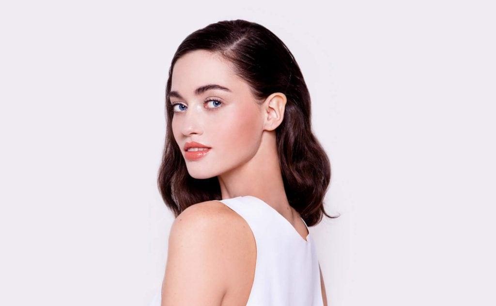 cortes de pelo mediano para mujeres recto con raya lateral