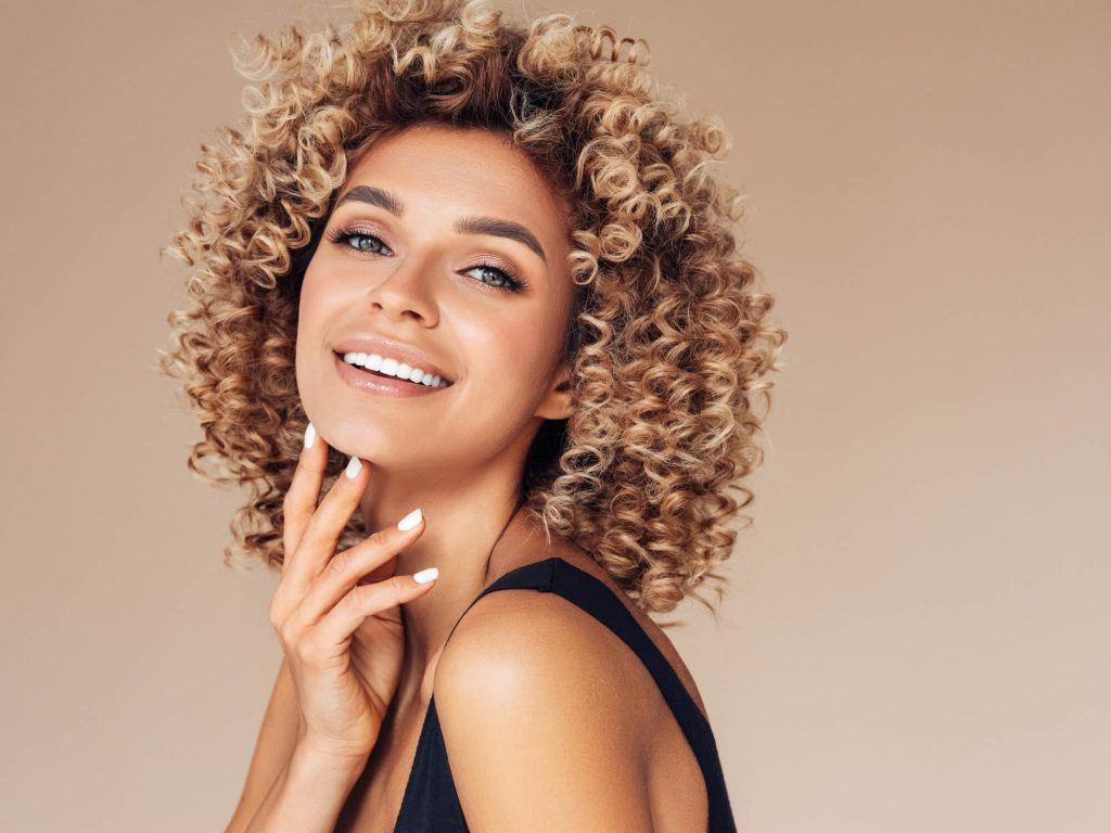 cortes de pelo mediano para mujeres rizos irregulares