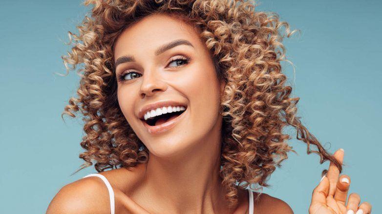 cortes de pelo mediano para mujeres cabello rizado
