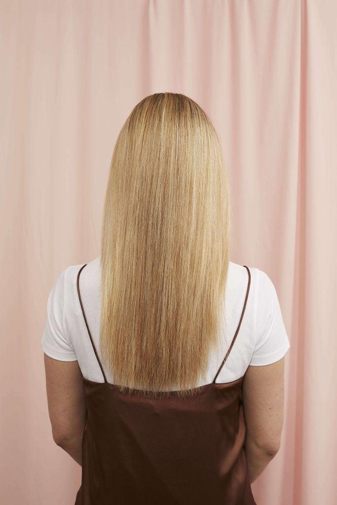 cola de caballo tornillo cabello largo rubio