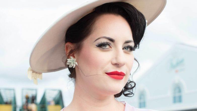 a qué se debe la caída del cabello mujer con sombrero