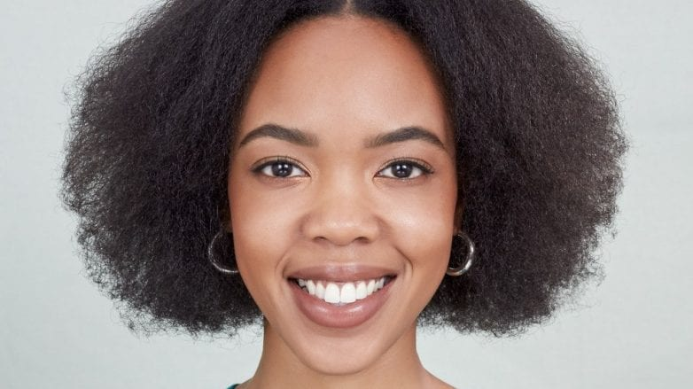 qué es bueno para la resequedad del cuero cabelludo pelo crespo
