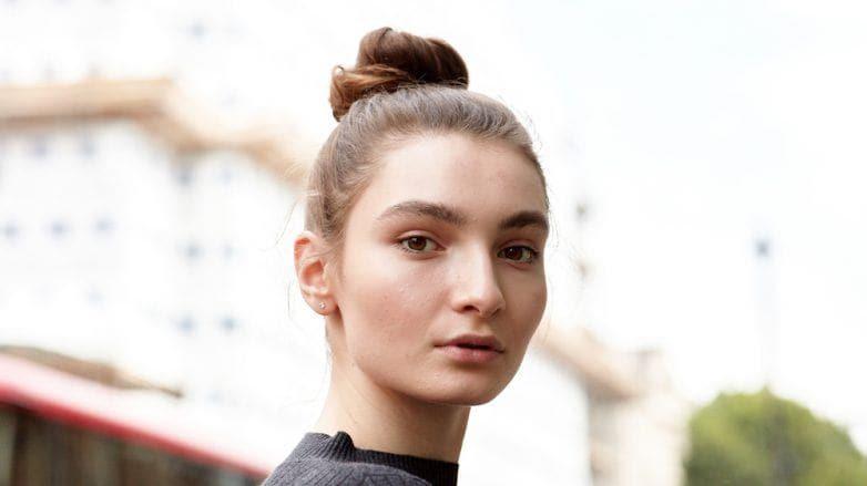 cómo aplicar gel en el cabello moño alto