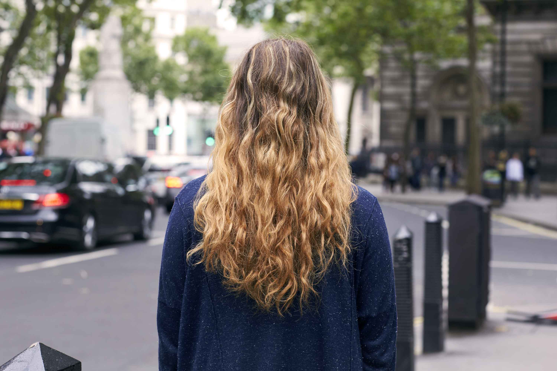 волнистые волосы с рыжиной