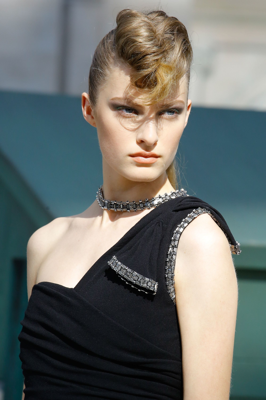 собранная прическа вьющиеся золотисто-русые волосы