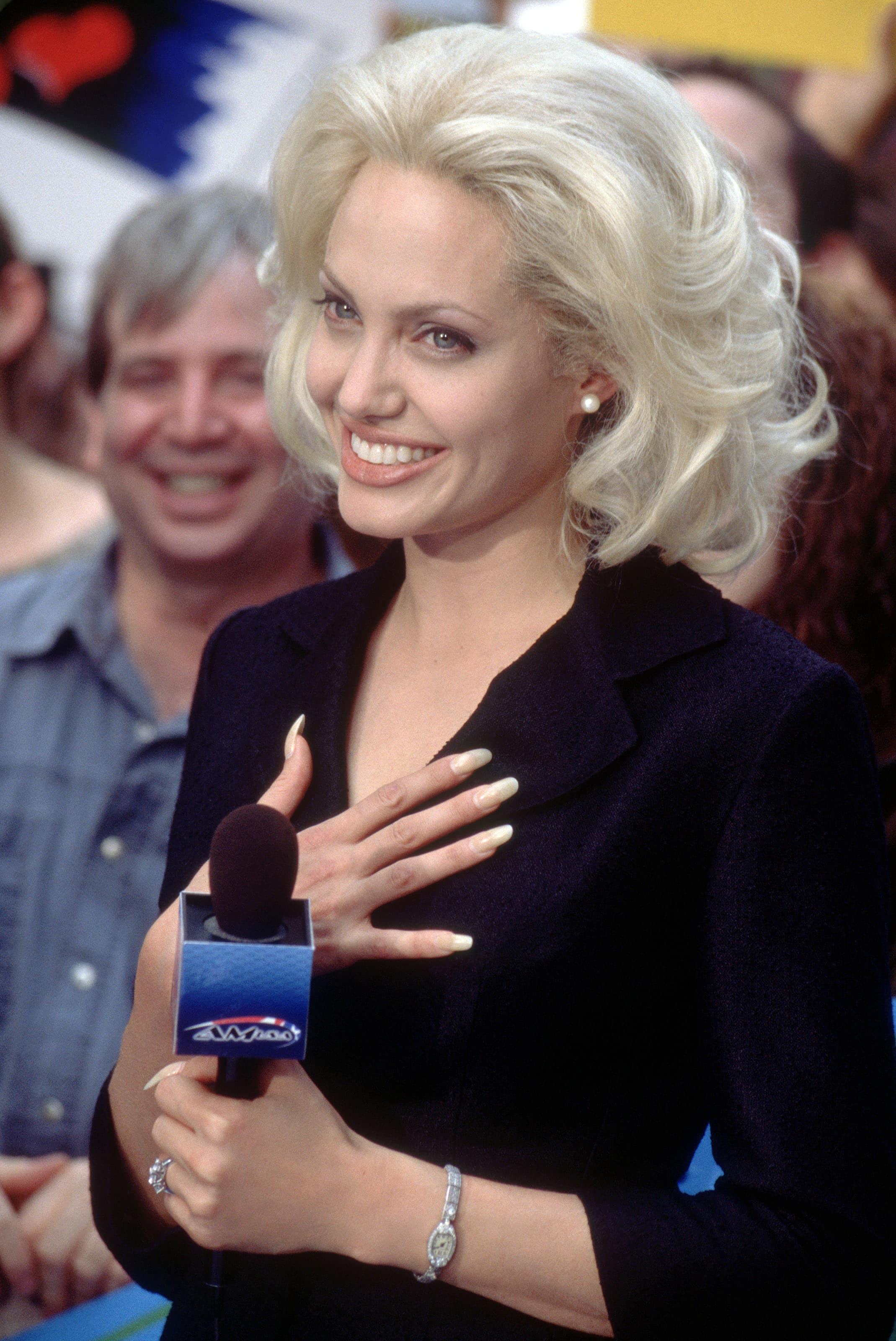 blonde-bob-volume-wavy-hair Прически для квадратного лица - фото стрижек на квадратное лицо