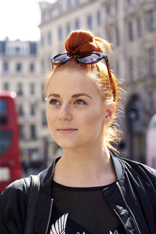 ginger-hair-top-knot Прически для квадратного лица - фото стрижек на квадратное лицо