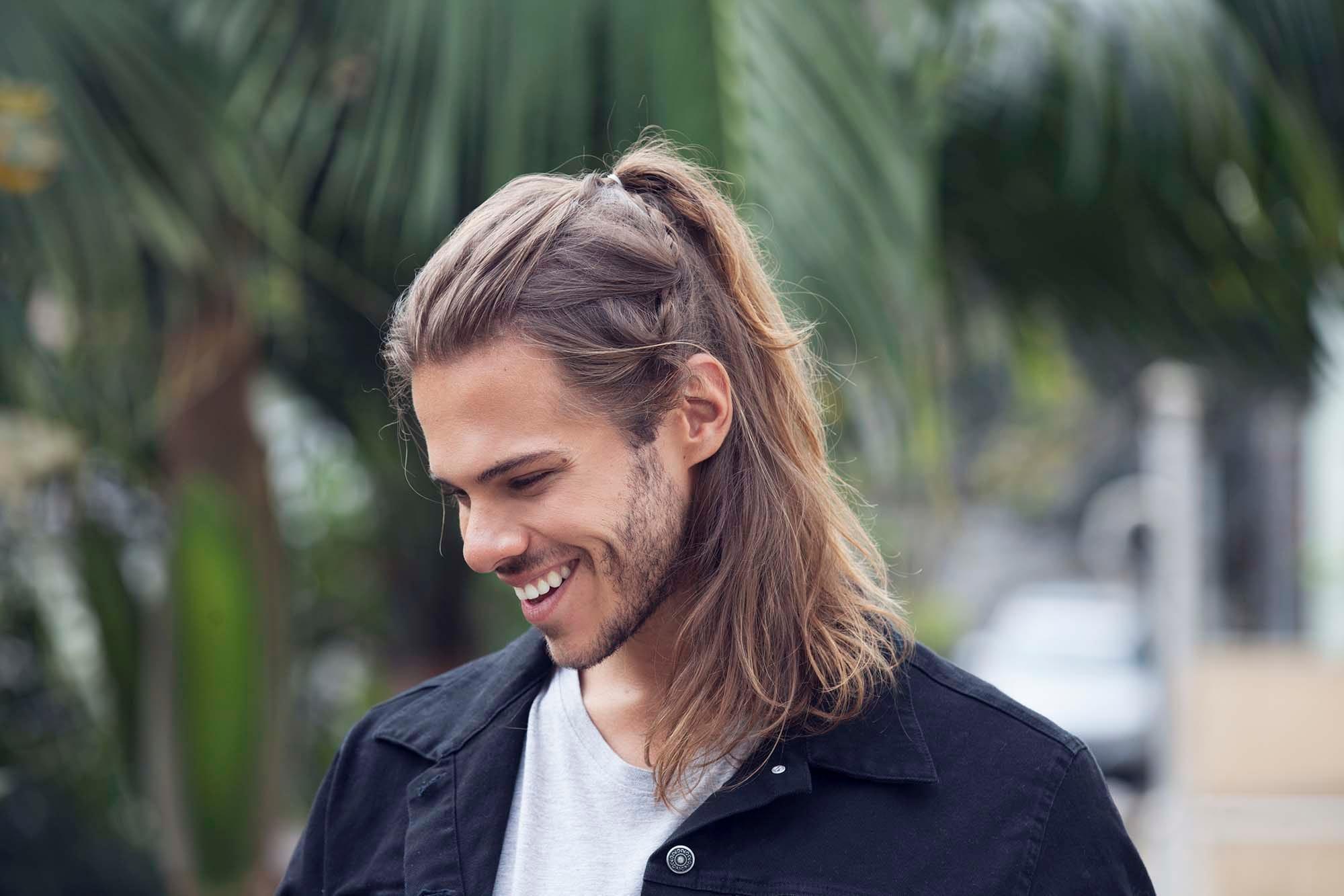 Стрижка мужская с хвостиком на волосы различной длины для стильных мужчин