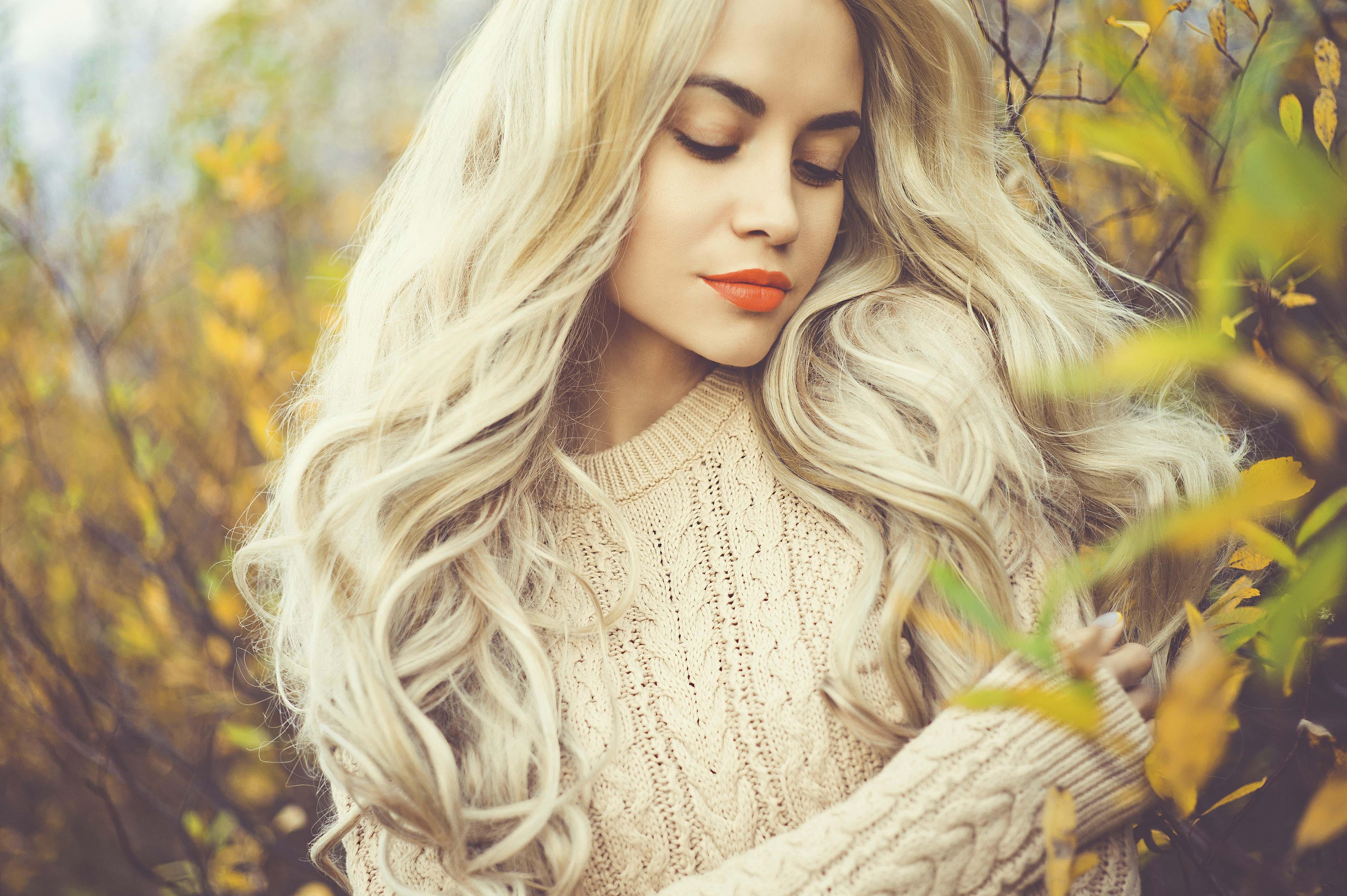 блондинка с длинными