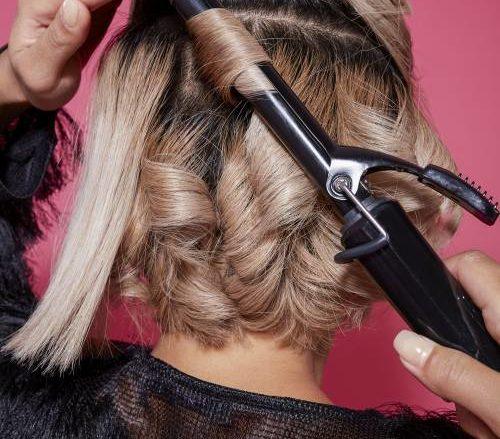 Женщина, используя бигуди для волос