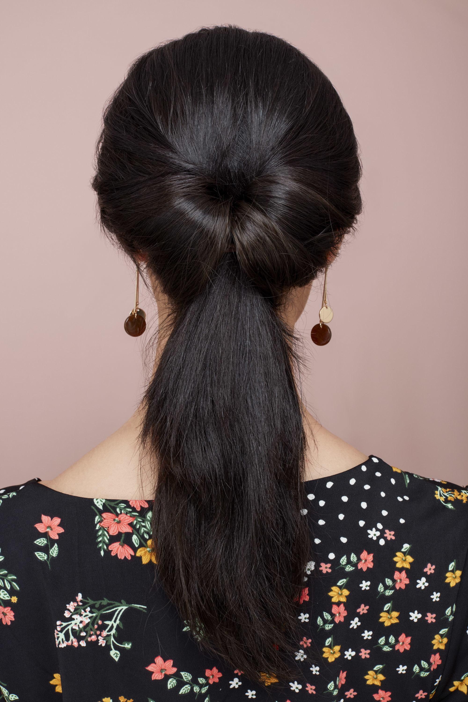 низкий хвост с узлом длинные темные волосы