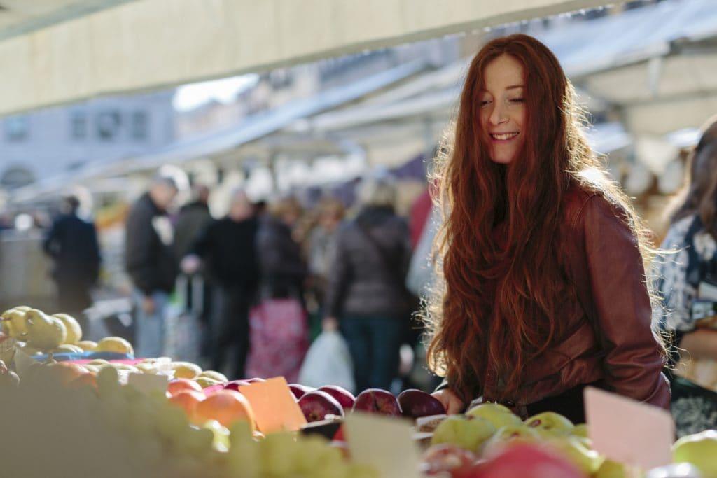 двушка с рыжими волосами