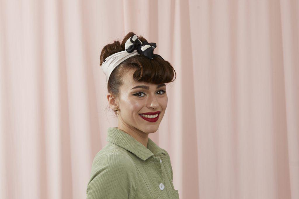 ретропрически фото собранная прическа кудри платок коричневые волосы