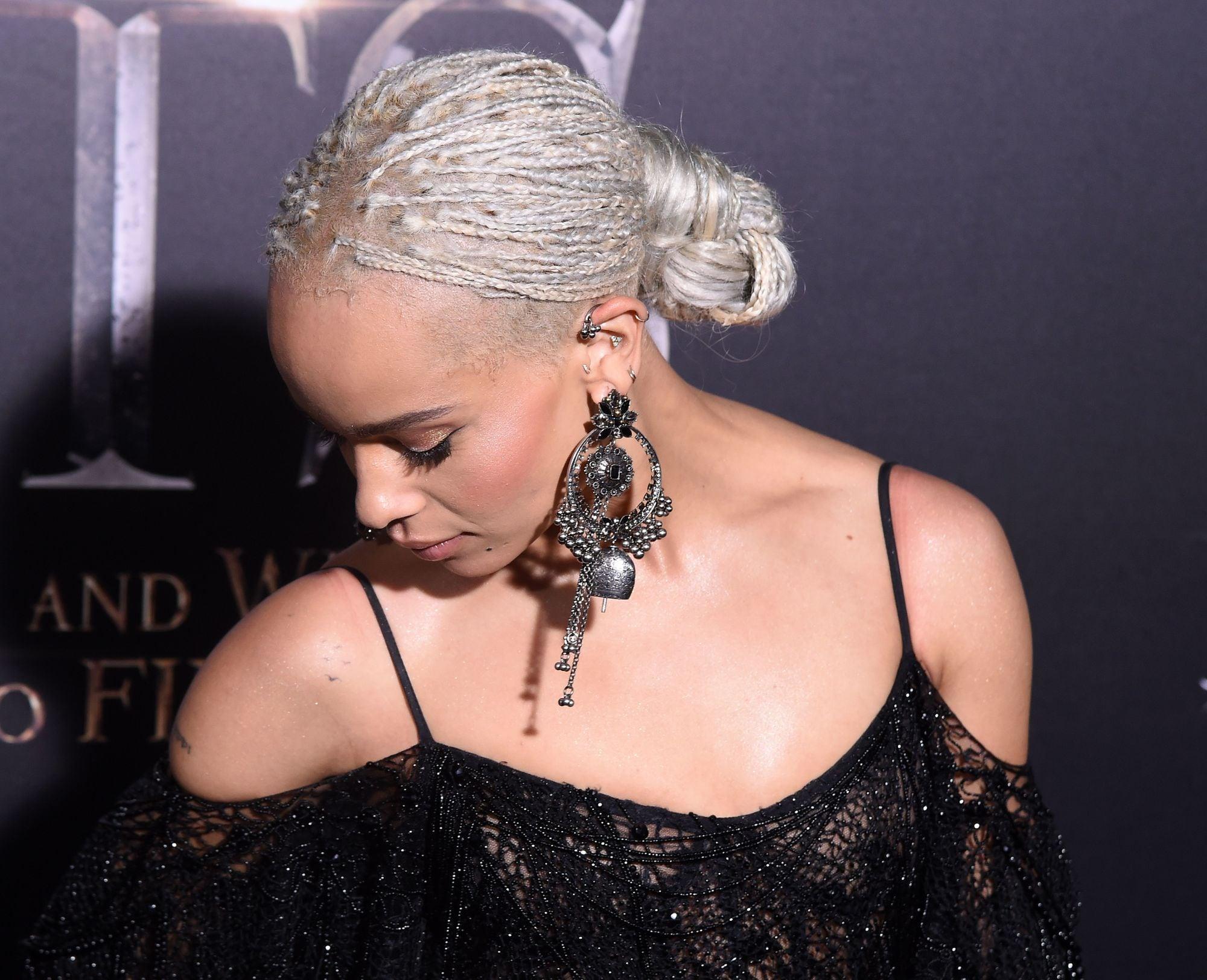 платиновый цвет волос косички афро пучок из кос