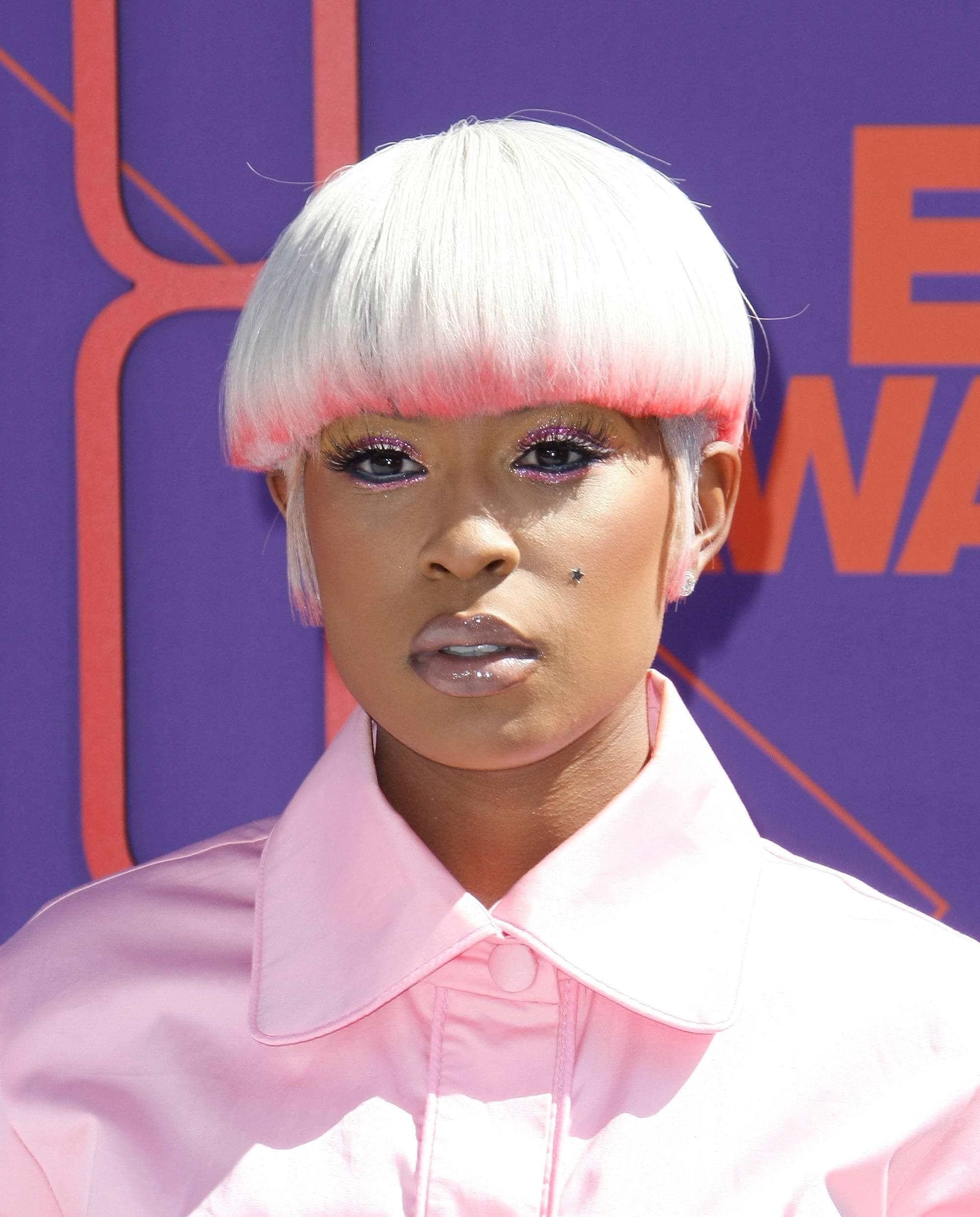 короткая стрижка под горшок белые розовые волосы двухцветное окрашивание омбре