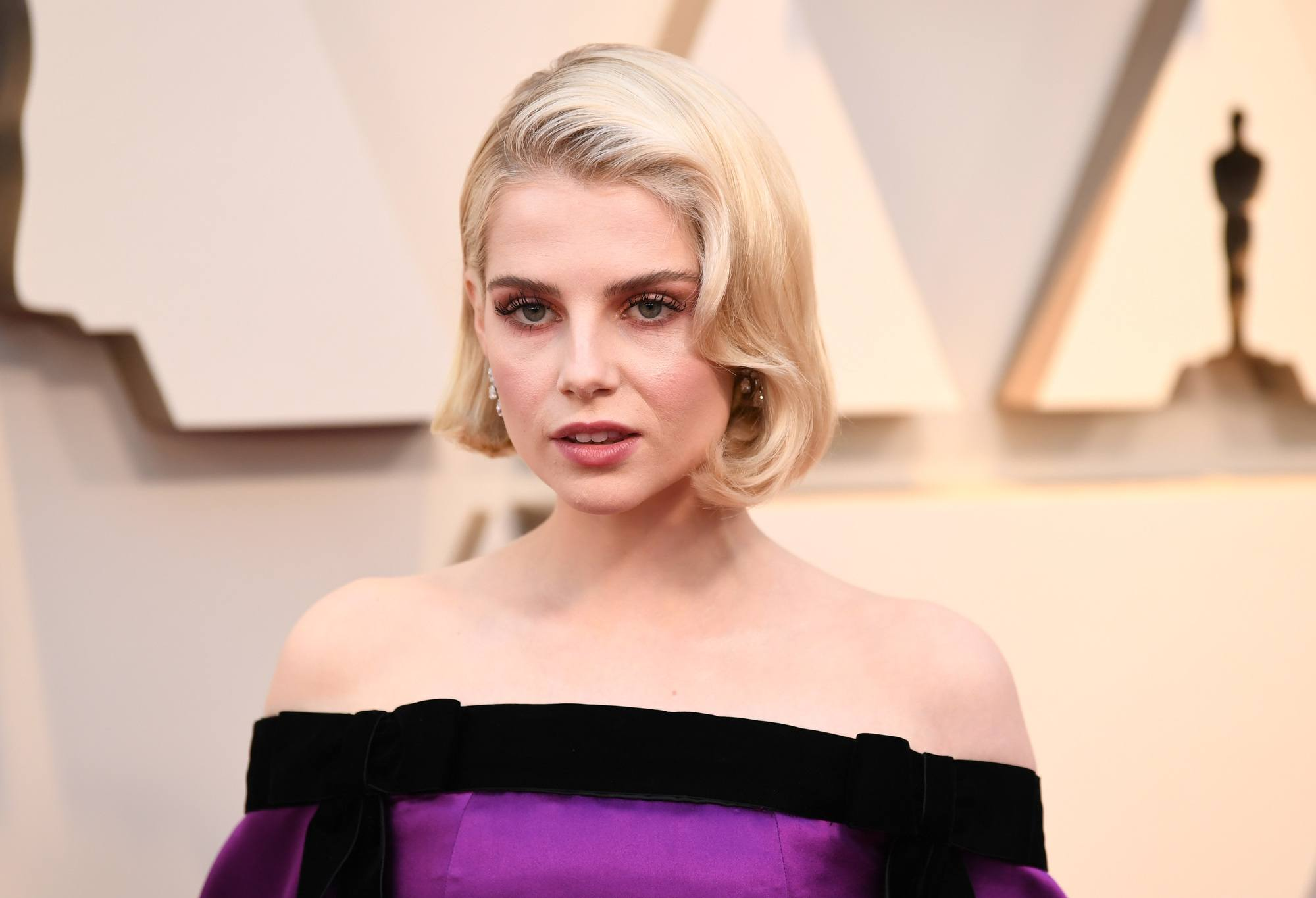 каре короткие волосы голливудская волна завивка блонд
