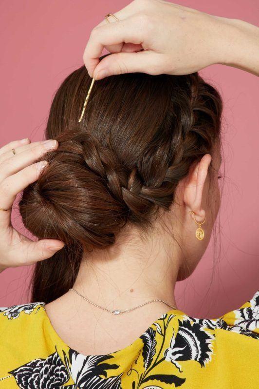 пучок с колоском собранная прическа с плетением шпилька каштановые волосы