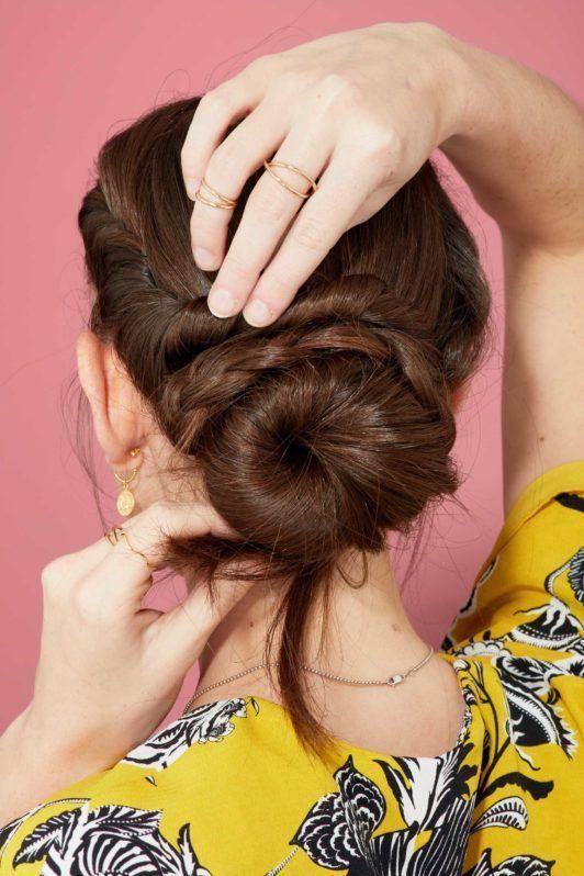 пучок с колоском каштановые волосы собранная прическа с плетением