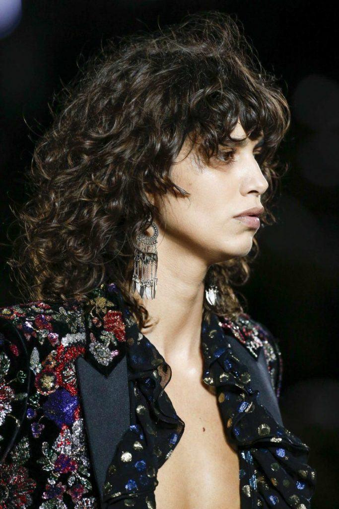 темные кудрявые волосы средней длины женские стрижки названия