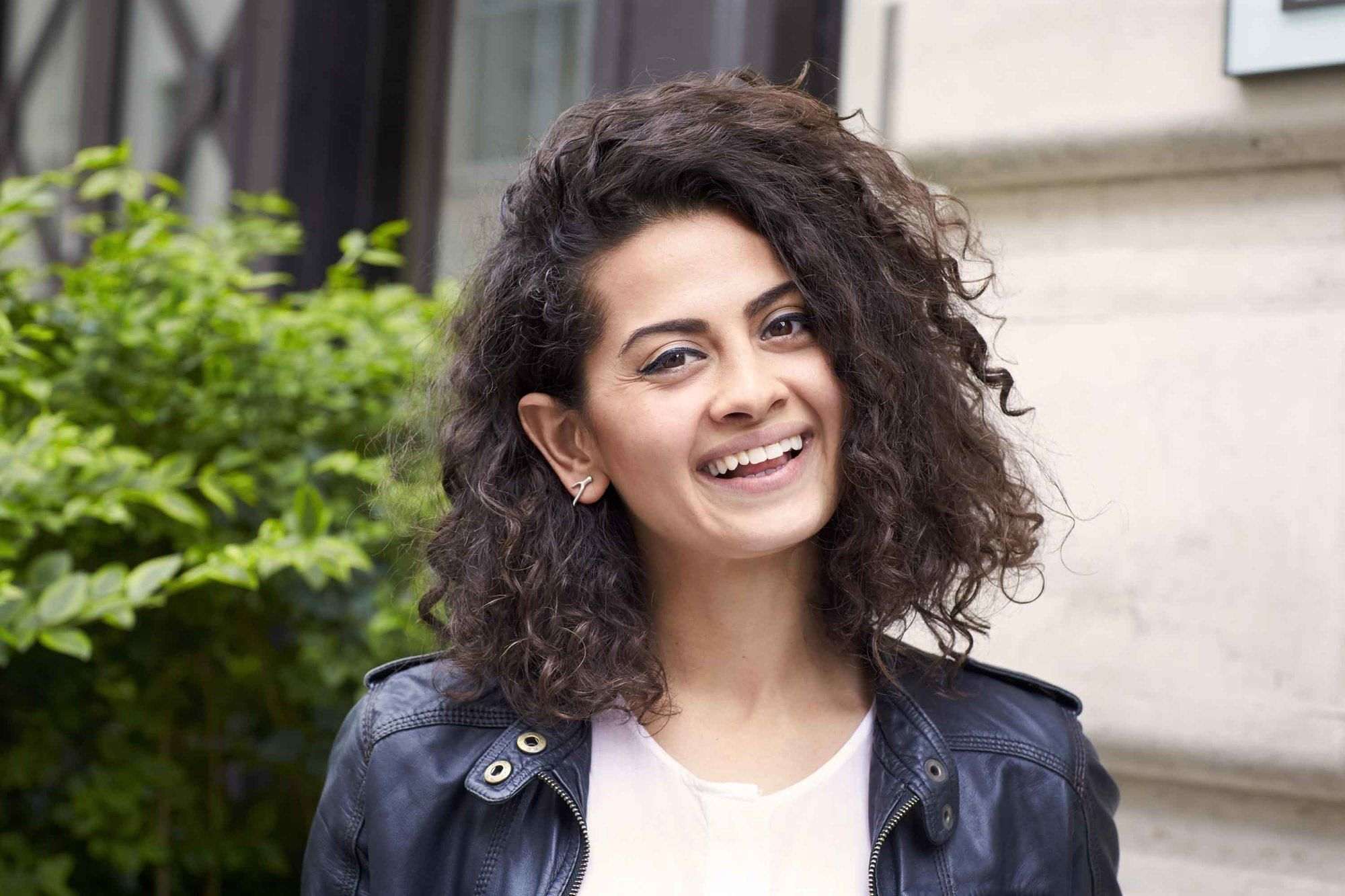Hair types: Woman with curly shoulder length haircut