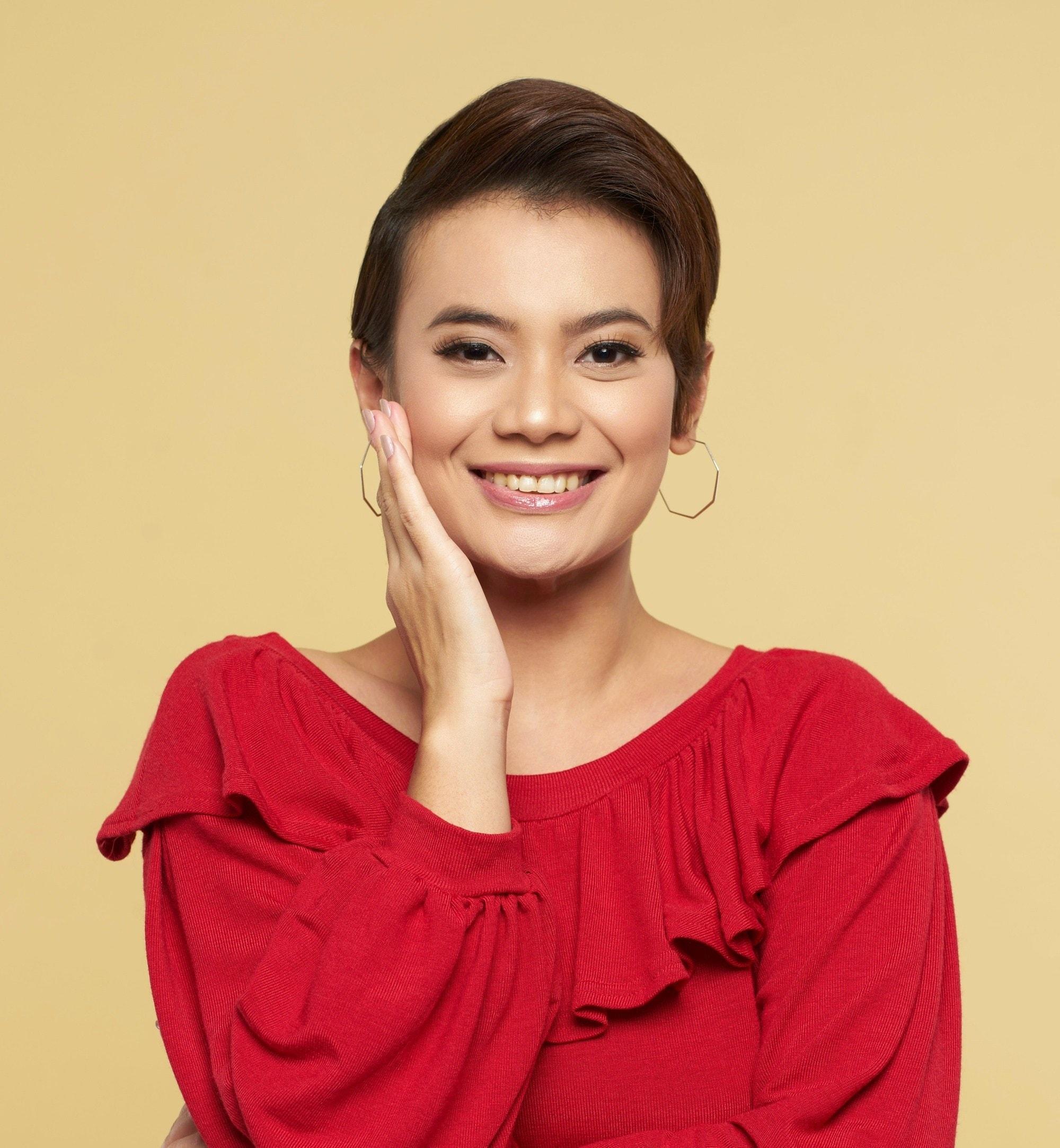 Gorgeous pixie cuts: Closeup shot of an Asian woman with short dark brown hair smiling