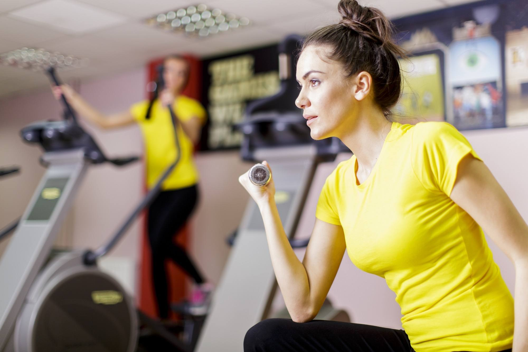 Hairstyles for the gym: Messy top bu
