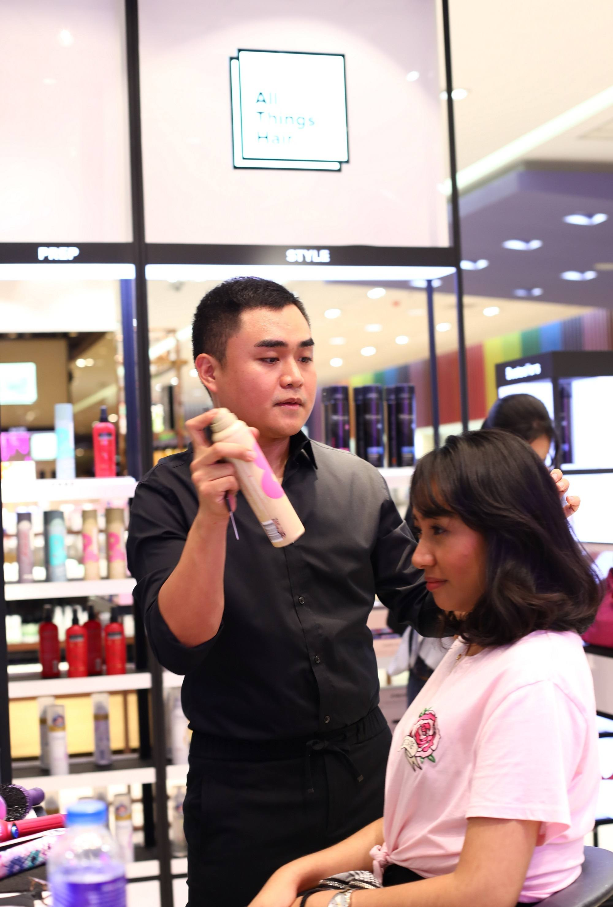 All Things Hair X Jay Wee event: Jay Wee styling the hair of one girl