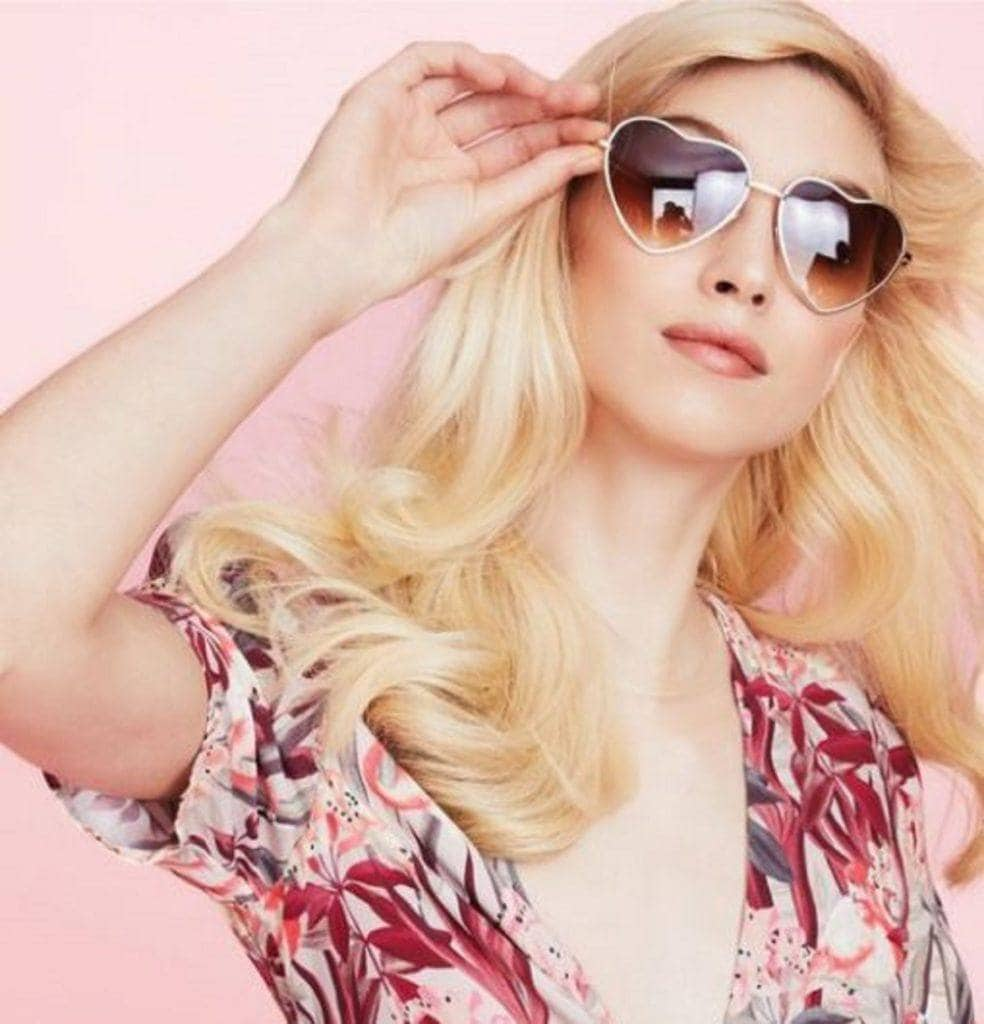 Eva NYC Styling tools: White woman with long blonde hair