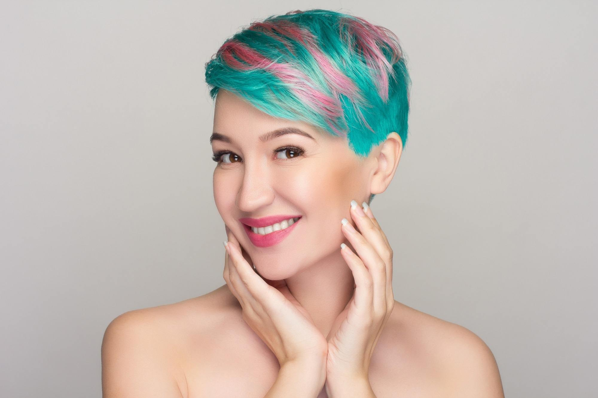 Hair color for short hair: Woman with pixie cut and teal and pink hair