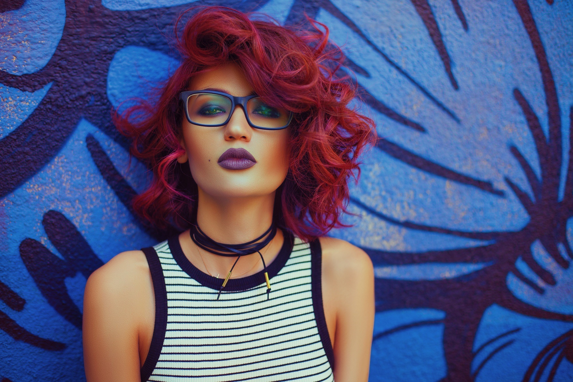 Short hair curls: Woman with morena skin and layered curly red hair