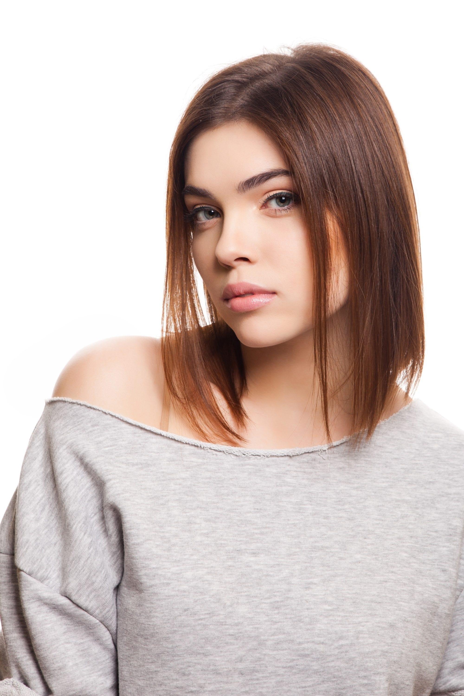 Long layered bob: Caucasian woman with brown hair wearing a gray shirt