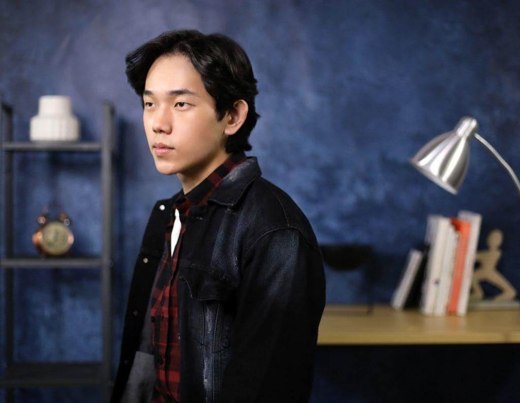 Asian guy is flaunting his Korean wavy hairstye for men