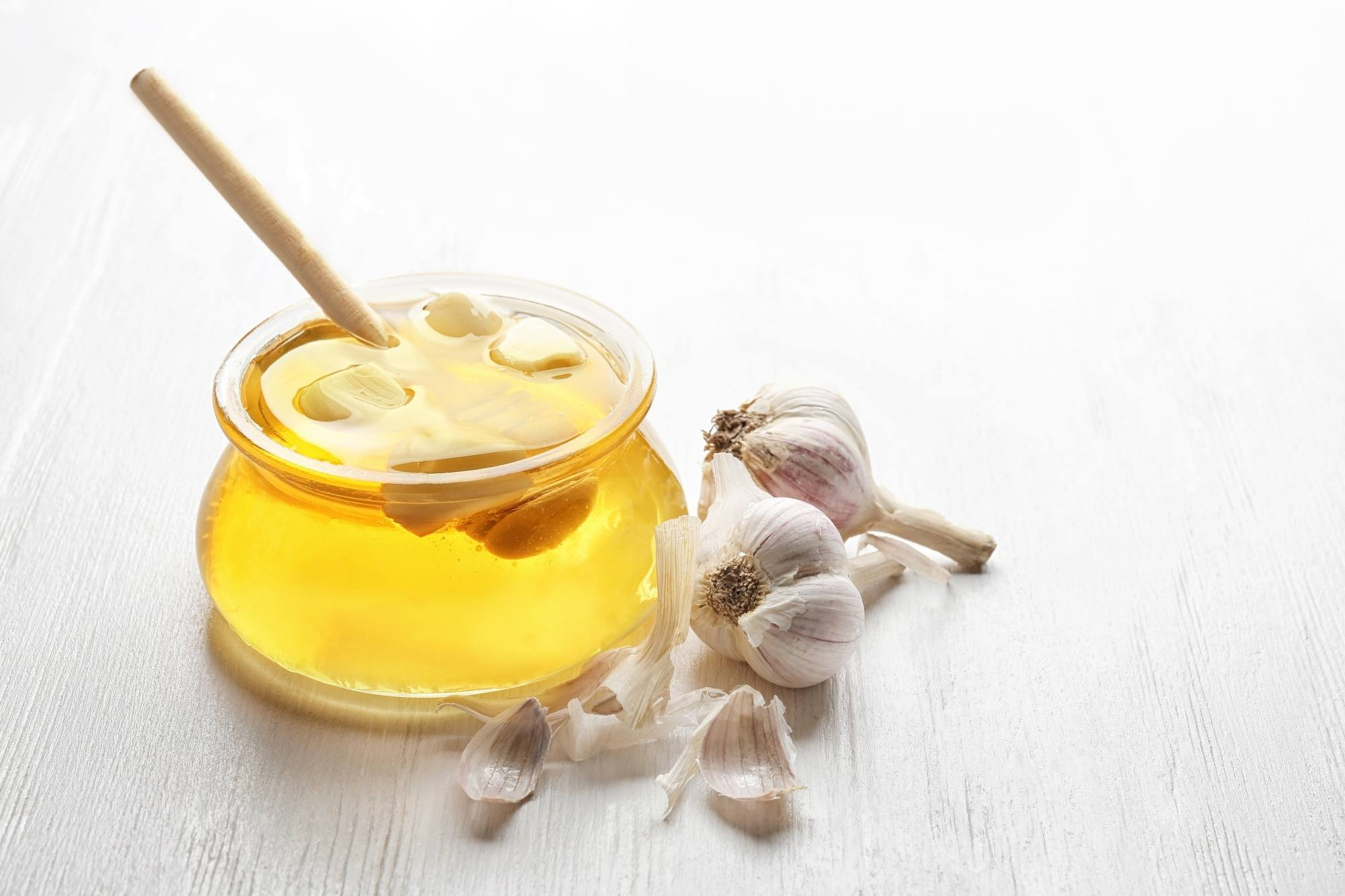 Natural dandruff remedies: garlic with a jar of honey