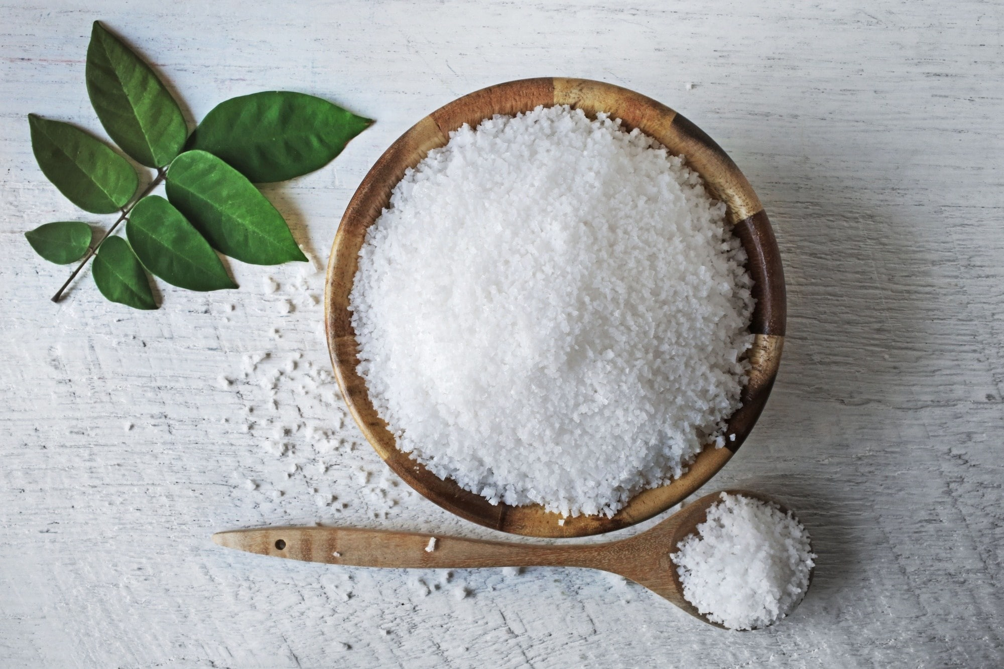 Natural dandruff remedies: a bowl and spoon full of salt