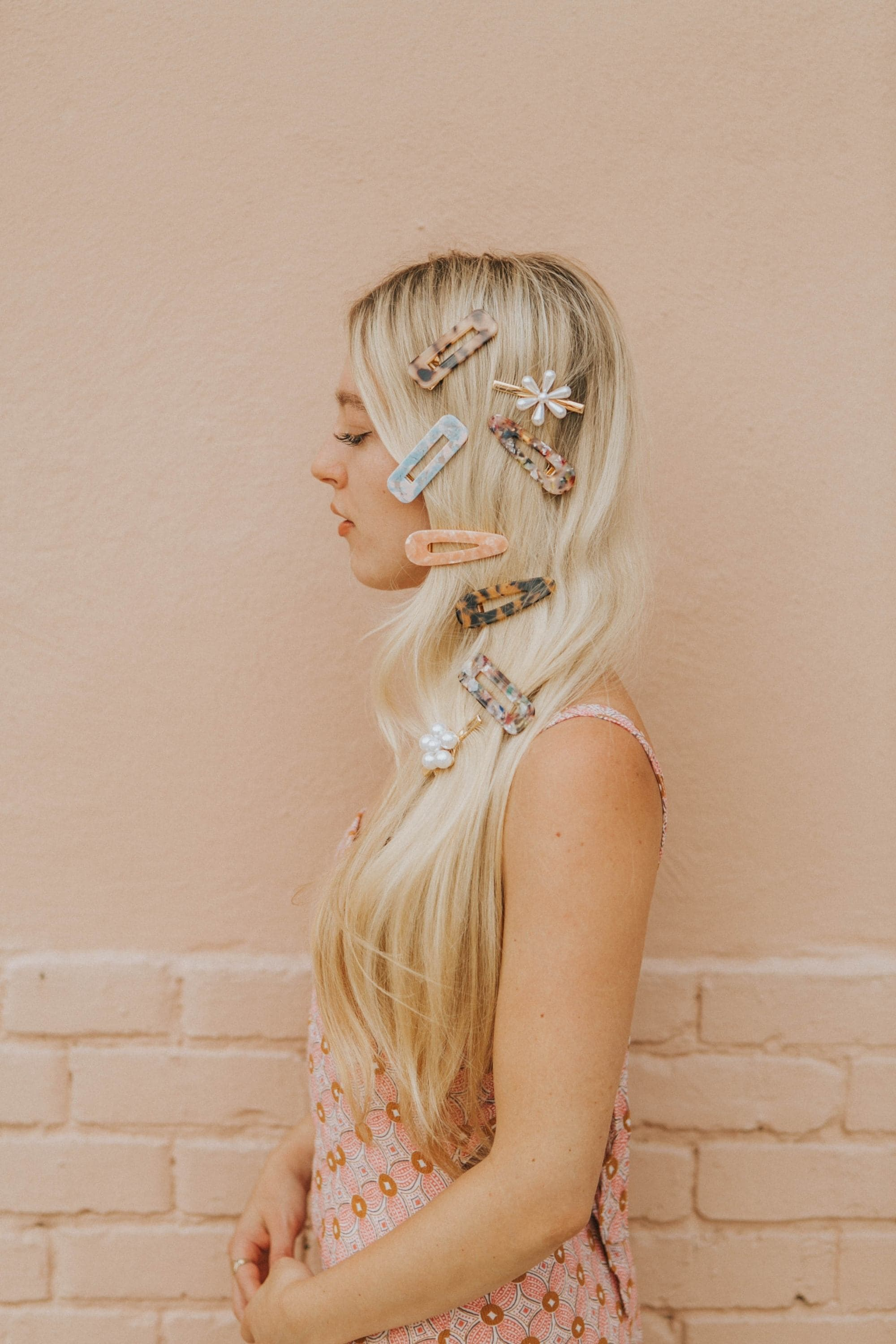 How to mix and match hair clips: a woman with a variety of hair clips on her blonde hair