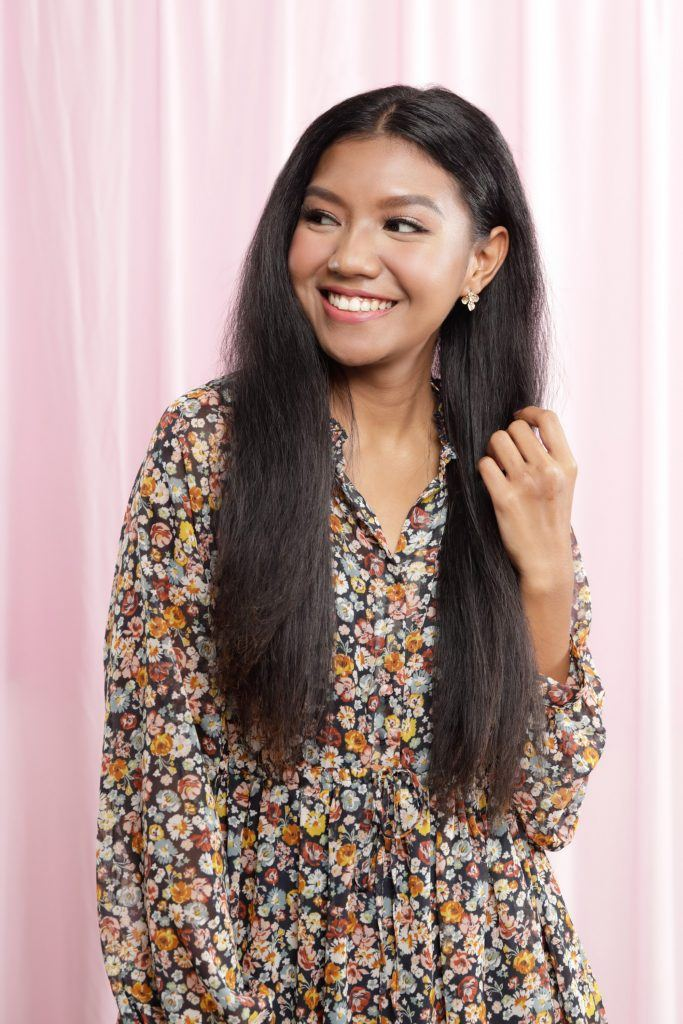 how to straighten hair without heat: girl is posing with her hairstyle complete