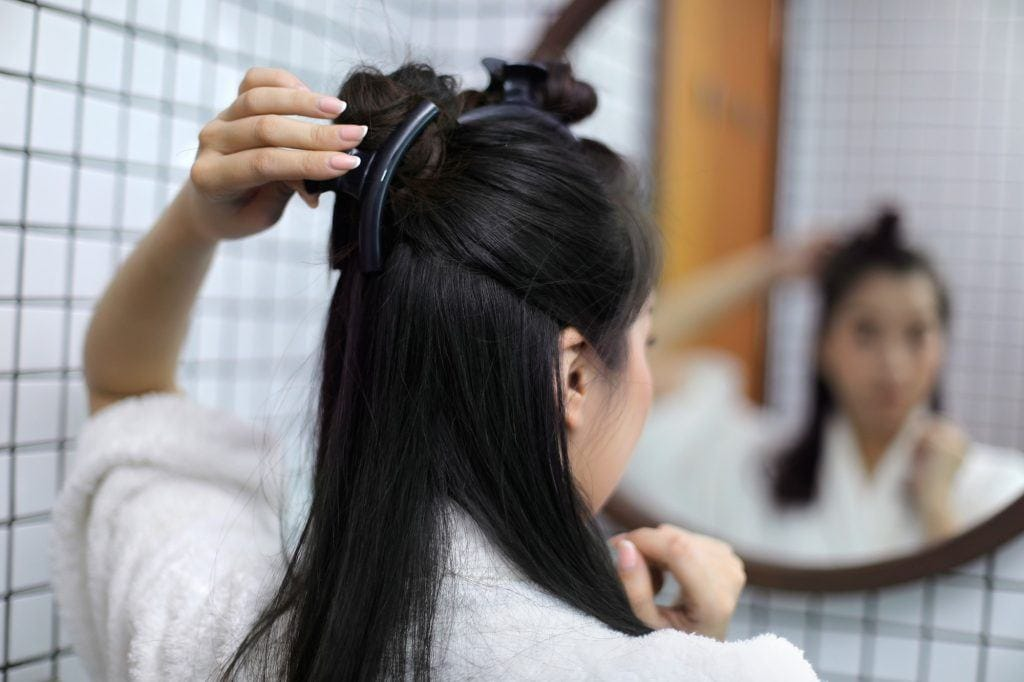 shampoo for dry hair: girl is clipping her hair
