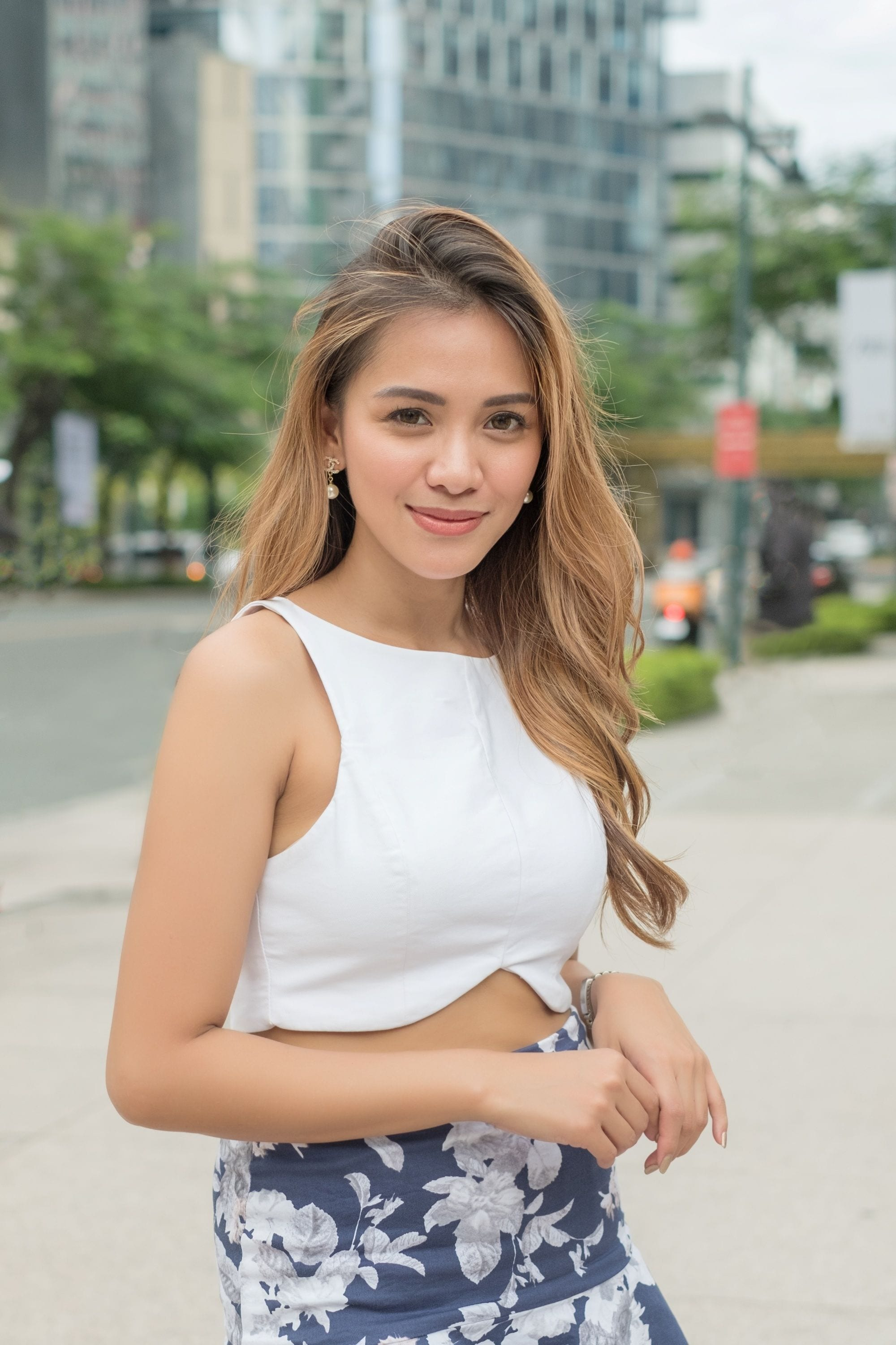 Asian woman with morena skin and honey hair color