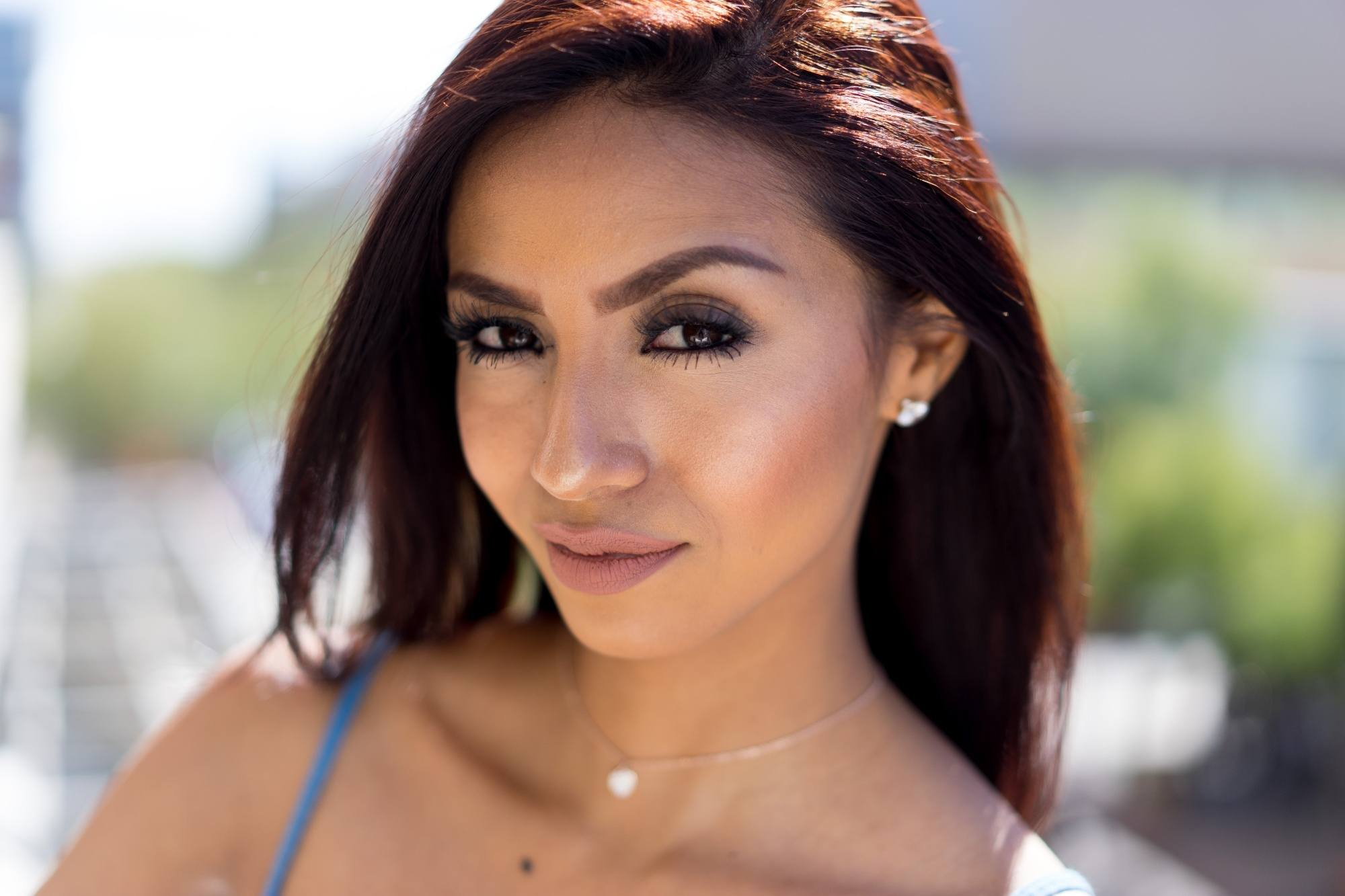 Woman with morena skin and burgundy hair
