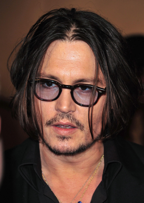 ทรงผมแสกกลางชาย แบบ จอห์นี่ เดปป์ (Johnny Depp)