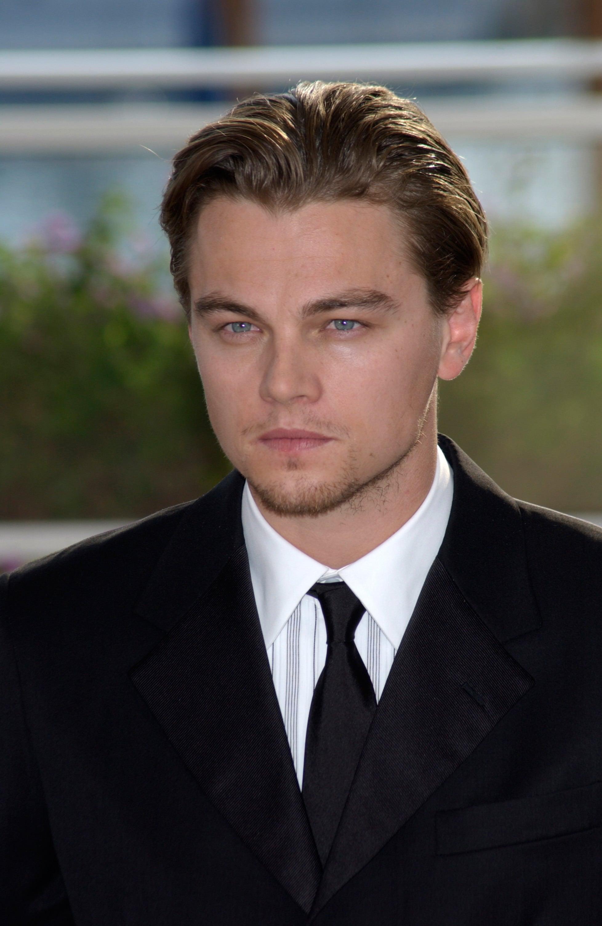 ทรงผมแสกกลางชาย แบบ ลีโอนาโด ดิคาปริโอ (Leonardo Dicaprio)