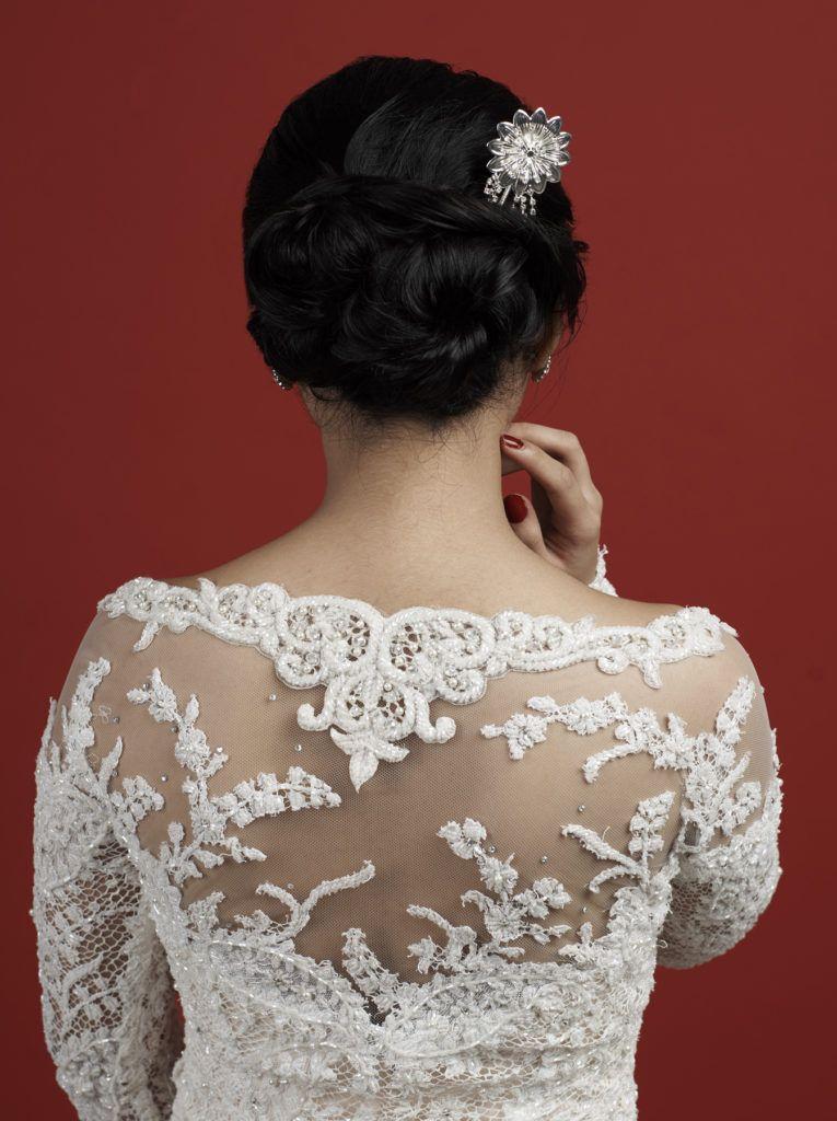 ผู้หญิงผมยาว สีดำ ทำทรงผมบันเบี่ยงข้างสำหรับเจ้าสาว ทรงผมแต่งงาน