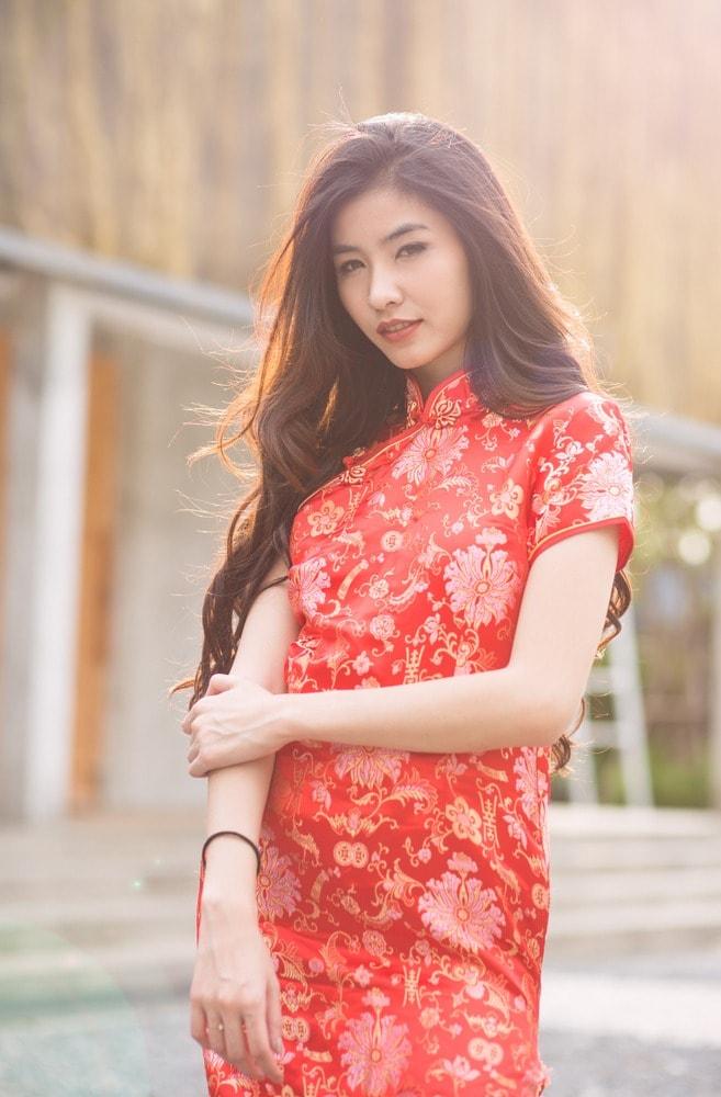 ทรงผมตรุษจีน ผู้หญิงสวมชุดกี่เพ้าสีแดง มัดผมหางม้า เทศกาลตรุษจีน