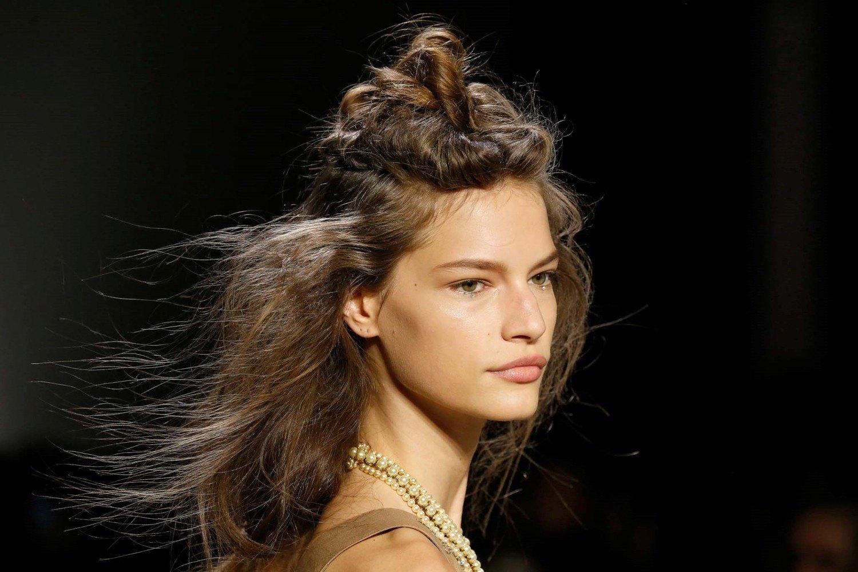 นางแบบผมยาวสีน้ำตาล ทำผมบันและรวบผมหางม้า บนเวที New York Fashion Week SS20