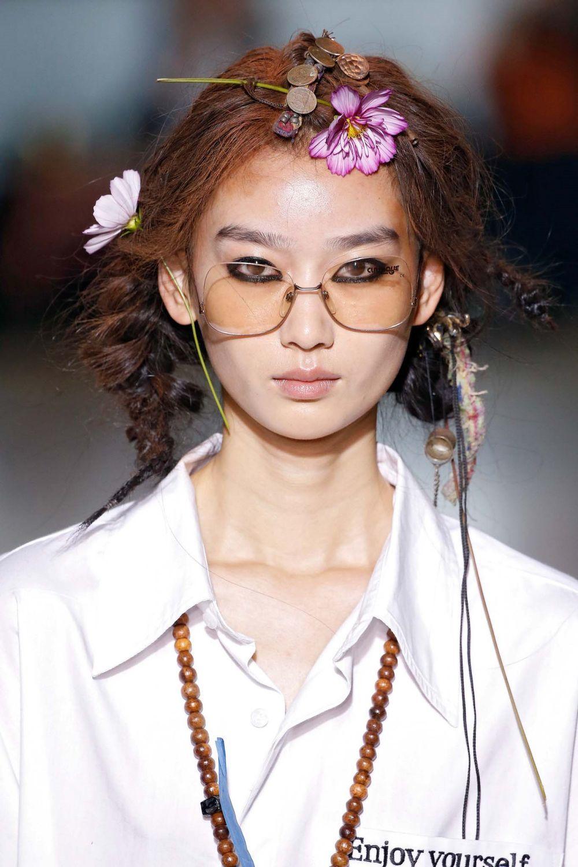 นางแบบ เอเชีย ไว้ผมยาวถักเปีย ประดับดอกไม้ ขึ้นเวที London Fashion Week SS20